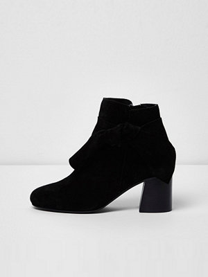Boots & kängor - River Island Black suede bow side ankle boots