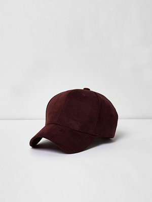 Mössor - River Island Burgundy faux suede baseball cap