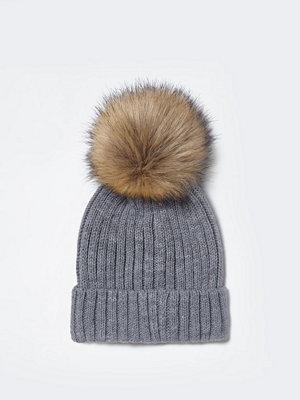 Mössor - River Island Grey faux fur bobble beanie hat
