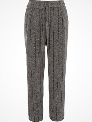 River Island grå randiga byxor River Island Womens Grey herringbone check tapered trousers