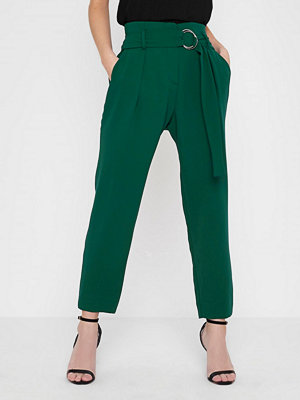 River Island mörkgröna byxor Petite dark Green ring belt tapered trousers