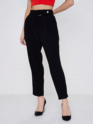 River Island svarta byxor Petite Black D-ring belted tapered trousers