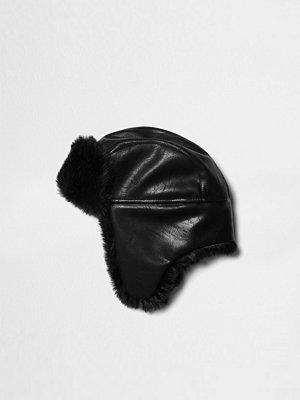 Mössor - River Island Black faux fur lined trapper hat