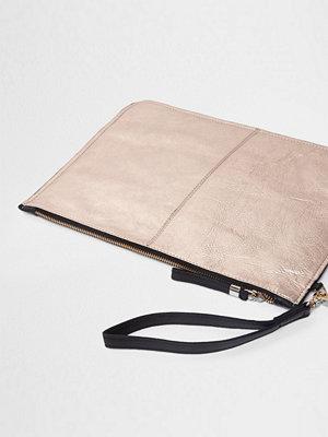 River Island omönstrad kuvertväska River Island Womens Rose Gold metallic leather clutch bag