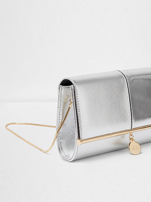 River Island ljusgrå kuvertväska Silver metallic bar top charm clutch bag