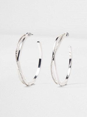 River Island örhängen Silver tone diamante pave twist hoop earrings