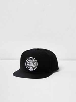 Mössor - River Island Black tiger embroidered front flat peak cap