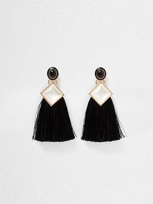 River Island örhängen Black square faux pearl tassel drop earrings