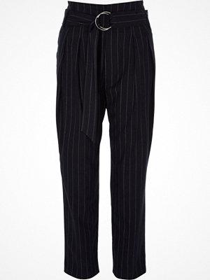 River Island svarta randiga byxor Navy stripe tapered D-ring belt trousers