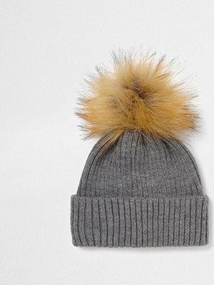 Mössor - River Island Grey rib knit faux fur bobble beanie hat