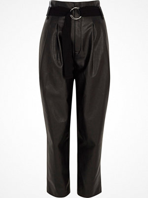 River Island byxor Black faux leather tapered trousers