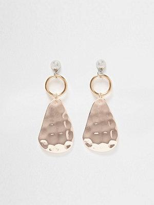River Island örhängen Gold tone hammered plate drop earrings