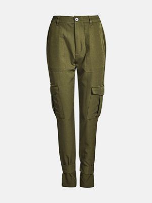 Bik Bok omönstrade byxor Julia cargo trousers - Mörkgrön