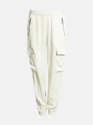 Bik Bok vita byxor Shine cargo trousers - Offwhite