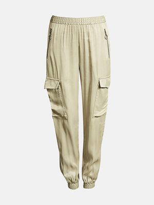 Bik Bok omönstrade byxor Shine cargo trousers - Ljusbeige