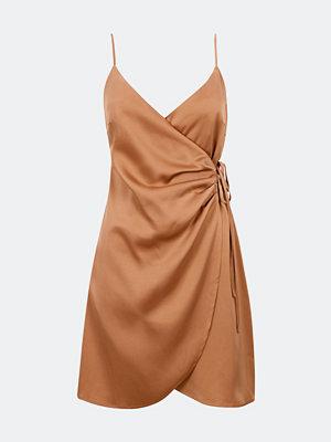 Bik Bok Stella omlottklänning i satin - Ljusrosa