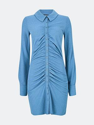 Bik Bok Tilly klänning med knäppning - Blå