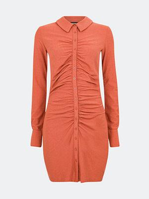Bik Bok Tilly klänning med knäppning - Röd