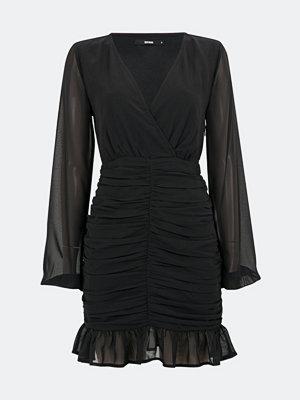 Bik Bok Manhattan klänning i chiffong - Svart