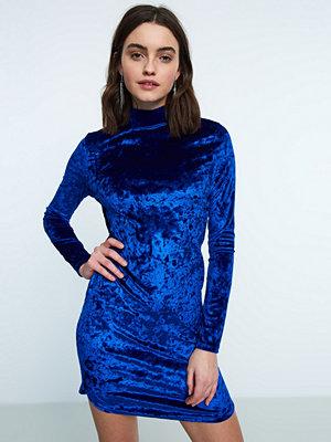 Gina Tricot Lova klänning i sammet