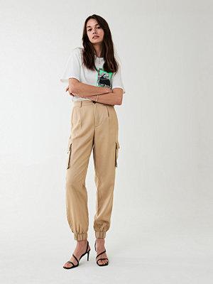 Gina Tricot beige byxor Paula cargo trousers