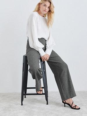Gina Tricot grå byxor Bella fishbone trousers