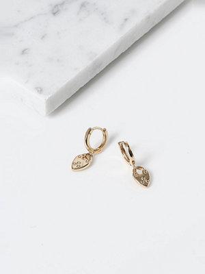 Gina Tricot örhängen Finer Gold Heart Padlock Drop Earrings
