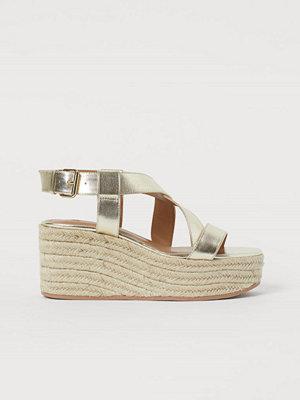 H&M Sandaletter med kilklack guld