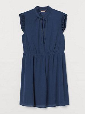 H&M H & M+ Chiffongklänning blå