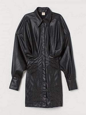 H&M Klänning i läderimitation svart