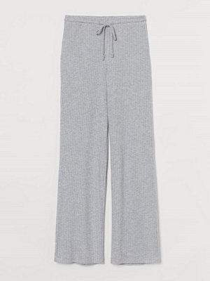 H&M ljusgrå byxor Ribbstickad byxa grå