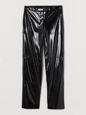 H&M svarta byxor Byxa i läderimitation svart
