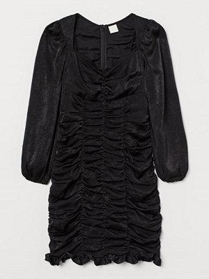 H&M Rynkad satinklänning svart