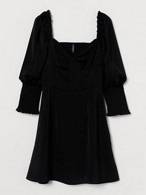 H&M Satinklänning med smock svart