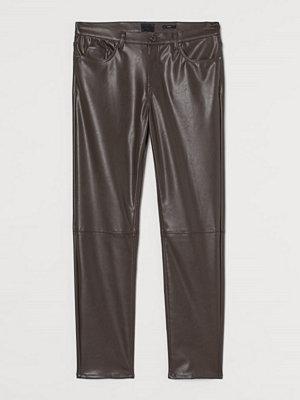 H&M Byxa i läderimitation brun