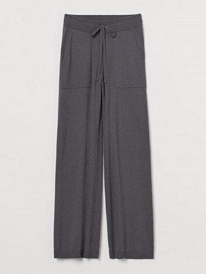 H&M mörkgrå byxor Finstickad byxa i kashmirmix grå