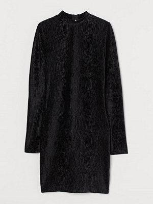 H&M Klänning i krinklad velour svart