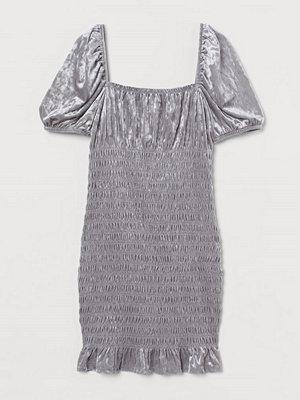 H&M Smockad velourklänning grå