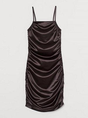 H&M Metallicskimrande klänning svart