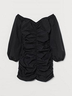 H&M Rynkad off shoulder-klänning svart