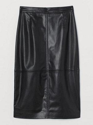 H&M Kjol i läderimitation svart