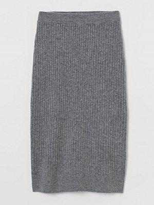 H&M Ribbstickad kjol grå