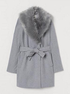 H&M Kappa med fuskpälskrage grå
