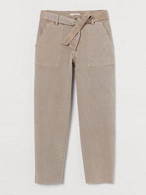 H&M omönstrade byxor Twillbyxa med knytskärp brun