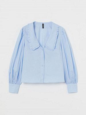 H&M Blus med volangkrage blå