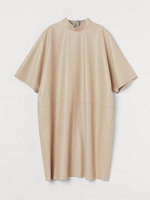 H&M Klänning i läder beige