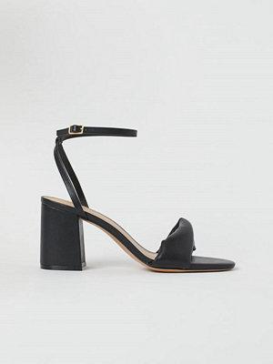 H&M Sandaletter med vriden rem svart