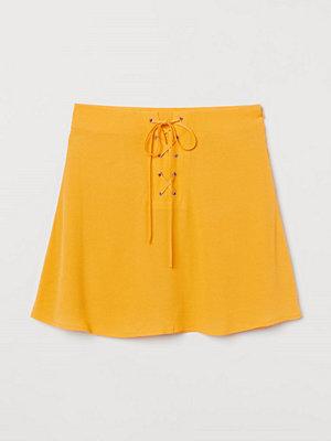 H&M Crêppad kjol gul