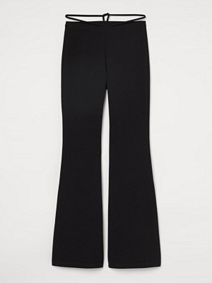 H&M svarta byxor Utsvängd byxa med knytband svart