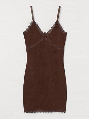 H&M Ribbad klänning med spets brun